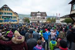 Während dem Älplerspruch ist der Dorfplatz voll von Zuschauern. (Bild: Edi Ettlin (Buochs, 28. Oktober 2018))