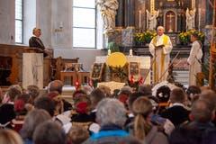 Pfarrer Josef Zwyssig begrüsst die Älpler zur Dankandacht. (Bild: Edi Ettlin (Buochs, 28. Oktober 2018))