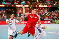 Der Serbe Nemanja Ilic (links) kann Luka Maros (am Ball) nicht aufhalten. Bild: Marc Schumacher/Freshfocus (Zug, 28. Oktober 2018)