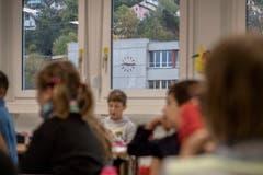 Die Schülerinnen und Schüler erhielten gleich zu Beginn eine Deko-Aufgabe. (Bild: Pius Amrein (Ebikon, 29. Oktober 2018))