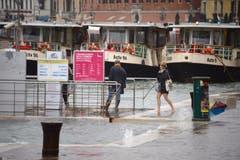 Touristen spazieren durch das Hochwasser in Venedig. (Bild: Andrea Merola/Keystone (29. Oktober 2018))