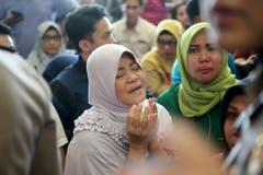 Angehörige der Passagiere haben sich am Depati Amir Flughafen in Pangkal Pinang, eingefunden und warten auf Neuigkeiten von den Behörden. (Bild: AP Photo/Hadi Sutrisno)
