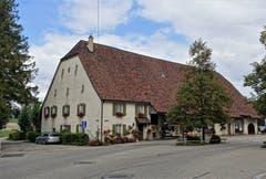 Altes Bauernhaus zusammengebaut mit Scheune, unter grossem Dach mit durchgehender First. (Bild: Josef Habermacher (Mariastein, 29. Oktober 2018))