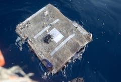Teil eines Flugzeugsitzes schwimmt im Meer. (Bild: EPA/STR)