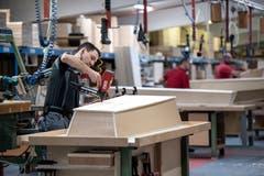 Pro Jahr stellt die Sargfabrik 28000 Särge her. (Bild: Pius Amrein, Beromünster, 22. Oktober 2018)