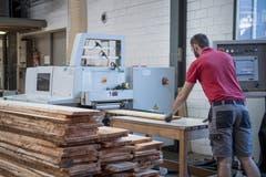 Auch wenn Roboter Teilarbeitsschritte ersetzen, sind die Schreiner der Sargfabrik unerlässlich. (Bild: Pius Amrein, Beromünster, 22. Oktober 2018)