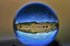 Die Naturlandschaft Ostergau durch die Glaskugel. (Bild:
