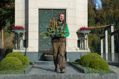 Ole Meyer arbeitet gerne auf dem Friedhof Friedental. Dort gibt es insgesamt über 14000 Gräber. (Bild: Dominik Wunderli, Luzern, 25. Oktober 2018)