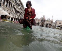 Der Wasserstand in Venedig lag am Montag 156 Zentimeter über dem Meeresniveau. Gemäss Vorhersagen könnte der Pegel noch bis auf 160 Zentimeter steigen. (Bild: Andrea Merola/Keystone (29. Oktober 2019))