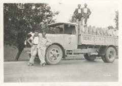 Bild aus den 1930er-Jahren: Stolz präsentieren Arbeiter der Eberle Mühle ihren Lastwagen samt der Ladung voll Mehlsäcken. (Bild: zVg)
