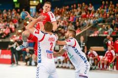 Spieler Roman Sidorowicz (am Ball) setzt zum Schuss an.Bild: Marc Schumacher/Freshfocus (Zug, 28. Oktober 2018)