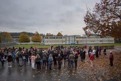 Trocken wars grad, aber cheibe frisch: Besammlung um 8 Uhr auf dem Pausenplatz zur Eröffnungsfeier. (Bild: Pius Amrein (Ebikon, 29. Oktober 2018))