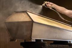 Die Totenschreine werden in vielen Arbeitsschritten hergestellt, auch wenn gut 90 Prozent der Särge schon nach kurzer Zeit im Ofen eines Krematoriums enden. (Bild: Pius Amrein, Beromünster, 22. Oktober 2018)