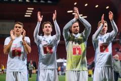 Filip Ugrinic, Otar Kakabadze, David Zibung und Silvan Sidler (von links) applaudieren vor den Fans. (Bild: Martin Meienberger/freshfocus (Neuenburg, 28. Oktober 2018))
