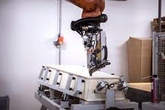 Roboter ersetzen einige Arbeitsschritte. Auch wenn es auf den ersten Blick paradox kling: «Dies hilft, Arbeitsplätze in der Schweiz zu sichern», sagt der Geschäftsleiter Andreas Egli. (Bild: Pius Amrein, Beromünster, 22. Oktober 2018)