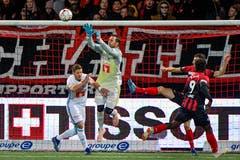 FCL-Goali David Zibung springt am höchsten. (Bild: Martin Meienberger/freshfocus (Neuenburg, 28. Oktober 2018))
