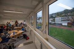Das änderte sich kurz darauf. Blick aus dem Fenster: Rechts ist das geschlossene Höfli-Schulhaus zu sehen. (Bild: Pius Amrein (Ebikon, 29. Oktober 2018))