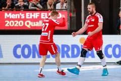 So sehen Sieger aus: Die Spieler Maximilian Gerbl (links) und Alen Milosevic bejubeln ihren Erfolg. Bild: Marc Schumacher/Freshfocus (Zug, 28. Oktober 2018)