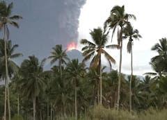 Eine riesige Aschenwolke über dem Vulkan Soputan. (Bild: AP Photo/Yehezkiel Dondokambey)