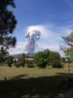 Der Vulkan Soputan liegt im Nordosten von Sulawesi, mehrere Hundert Kilometer vom Gebiet der Tsunami-Katastrophe entfernt. In den vergangenen Jahren war er immer wieder ausgebrochen. (Bild: EPA/BNPB / HANDOUT)