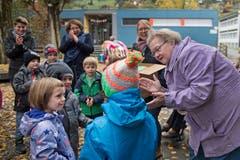 Irene Brehm aus der Residenz am Schärme (rechts) war die fleissigste Strickerin. Rund 30 Mützen hat sie angefertigt. Bild: Corinne Glanzmann (Sarnen, 30. Oktober 2018)