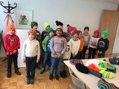 In Alpnach freuen sich die Kinder der Klasse 2b von Denise Dietrich über die 17 Mützen, welche die Strickgruppe der Frauengemeinschaft Alpnach angefertigt hat. (Bild: PD)