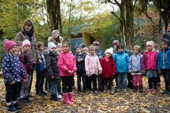 Die Sarner Kindergärtner sind gespannt auf ihr Geschenk. Bild: Corinne Glanzmann (Sarnen, 30. Oktober 2018)