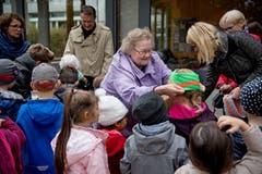 Irene Brehm (Mitte), Bewohnerin der Residenz Am Schärme, lässt es sich nicht nehmen, den Kindern die Mützen persönlich aufzusetzen. Bild: Corinne Glanzmann (Sarnen, 30. Oktober 2018)