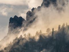 Herbststimmung mit Sonne und Nebel unter den Felsen der Kreuzberge. (Bild: Matthias Kopp)