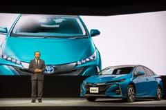 Der grösste japanische Autobauer Toyota Motor ruft rund 2,43 Millionen Hybrid-Wagen zurück. Betroffen sind Prius- und Auris-Modelle, die zwischen Oktober 2008 und November 2014 hergestellt wurden. Es gebe Probleme mit dem Hybrid-System, die dazu führen könnten, dass der Motor abwürge. Bild: Christopher Jue/EPA