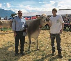 Sichtlich erfreut über den Titel «Miss Sennwald Braun Swiss» seiner Doris ist Sepp Vogel (links) vom Landwirtschftlichen Zentrum Salez.