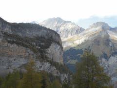 Unterwegs in den Berner-Alpen, hoch über dem Kandertal. Aufstieg auf den Bibergpass 2848m. Im Hintergrund sieht man auf die Lohnergruppe. Bild: Raphael Wellig (Doldenhornhütte, 7. Oktober 2018))