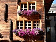 """""""Lass Blumen sprechen"""" ! So kommt doch diese alte Holz-Fassade noch viel schöner zur Geltung. Bild: Margrith Imhof-Röthlin (Andermatt, 8. Oktober 2018))"""