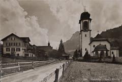 Die Dorfstrasse von Melchtal Anfang der Vierzigerjahre mit der Bäckerei Huwyler und der Wirtschaft sowie der Wallfahrtskirche auf der anderen Strassenseite. (Bild: PD)