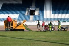 In der Swisspor-Arena wurde am Dienstag der neue Rasen verlegt. (Bild: Eveline Beerkircher)