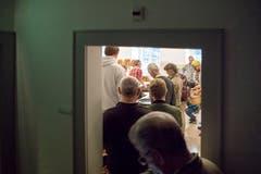 Einige Besucher müssen viel Geduld mitbringen - eine Wartezeit von bis zu 30 Minuten ist heute angesagt. (Bild: Pius Amrein, Luzern, 8. Oktober 2018)