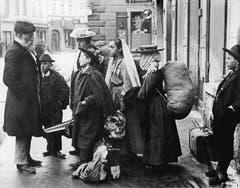 Tag der Heimkehr der Schwabengänger: Neu eingekleidet warten die Kinder am abgemachten Treffpunkt in Friedrichshafen (das Bild entstand wohl um 1900).