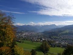 Wunderbare Aussicht vom Sonnenberg auf Kriens, die verschneiten Berge und den Vierwaldstättersee. (Bild: Urs Gutfleisch, 1. November 2018)