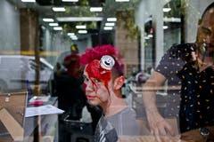 Wer schön sein will... Ein Mitarbeiter eines Schönheitssalons in Santiago de Chile lässt sich für Halloween herrichten. (Bild: Esteban Felix/AP (Santiago, 31. Oktober 2018))