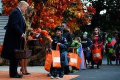 Und hier noch das Original: Donald Trump und First Lady Melania Trump verteilen an einem vorgezogenen Halloween-Event Süssigkeiten vor dem Weissen Haus. (Bild: Jacquelyn Martin/AP (Washington, 28. Oktober 2018))