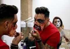 Auch in Santiago de Chile bereitet man sich auf Halloween vor. (Bild: Esteban Felix/AP (31. Oktober 2018))