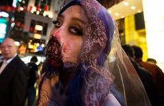 Halloween im Fernen Osten: Kostümierte in Lan Kwai Fong, Hong Kong. (Bild: Alex Hofford/EPA (Hong Kong, 31. Oktober 2018))