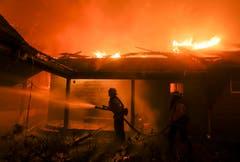 Die Feuerwehrkräfte sind im Dauereinsatz. (Bild: Ringo H.W. Chiu/AP, 9. November 2018))