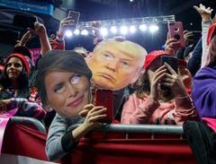US-Präsident Donald Trump ist bei den Parlamentswahlen vergleichsweise glimpflich davongekommen. Zwar verloren seine Republikaner das Repräsentantenhaus an die Demokraten. Im Senat aber konnten sie ihre Mehrheit halten. Bild: Carolyn Kaster/AP