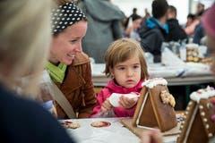 Nadine (links) aus Schattdorf beobachtet ihre Tochter Sara (4) beim Verzieren mit Zuckerguss.(Bild: Manuela Jans-Koch, Malters, 10. November 2018)
