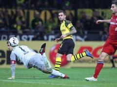 Die Entscheidung im Spitzenspiel: Der Spanier Paco Alcacer bezwingt Bayerns Keeper Manuel Neuer und schiesst Dortmund zum 3:2-Sieg (Bild: KEYSTONE/EPA/FRIEDEMANN VOGEL)