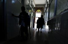 Aufgrund der neu aufgeflammten Kämpfe im Jemen sind internationale Hilfsorganisationen um die Zivilisten in den umkämpften Gebieten besorgt. Nach massiven Luftangriffen und schweren Kämpfen verzeichneten die Spitäler einen starken Zustrom von Kriegsverletzten, teilte Ärzte ohne Grenzen mit. Bild: Yahya Arhab/EPA