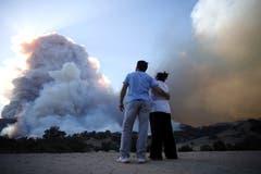 Zwei Anwohner beobachten die Rauchwolken der Brände in Malibu. (Bild: Mike Nelson/AP, 9. November 2018))