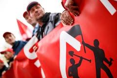 Der Schweizerische Baumeisterverband (SBV) will im Arbeitskonflikt um den neuen Landesmantelvertrag noch einmal seine Basis befragen. Bei der 18. Verhandlungsrunde zwischen Gewerkschaften und SBV bestätigte Letzterer seine Bereitschaft, die Frührente 60 ab sofort zu sanieren. Am Dienstag streikten schweizweit über 16000 Bauarbeiter. Bild: Valentin Flauraud/Keystone