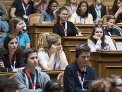 Teilnehmerinnen und Teilnehmer an der Jugendsession am Samstag im Nationalratssaal in Bern. (Bild: Keystone/PETER SCHNEIDER)